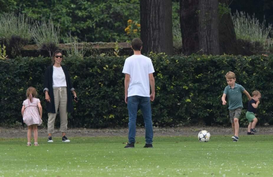 Kate Middleton veille sur ses enfants qui s'amusent au foot
