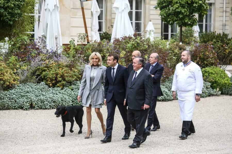 Emmanuel et Brigitte Macron avec leur chien Némo à l'Elysée