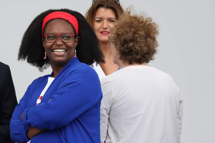 Sibeth Ndiaye portait un t-shirt à message et un gilet bleu électrique