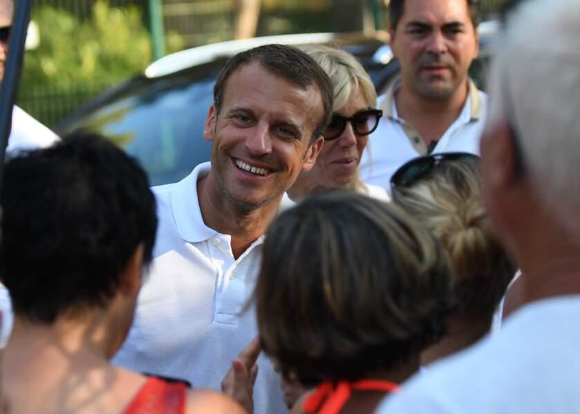 Emmanuel Macron a pris le temps de répondre aux questions des vacanciers présents.