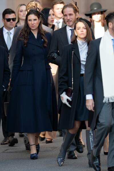 Pauline Ducruet très stylée avec une paire de bottes grises, un manteau bleu marine et un chapeau chic