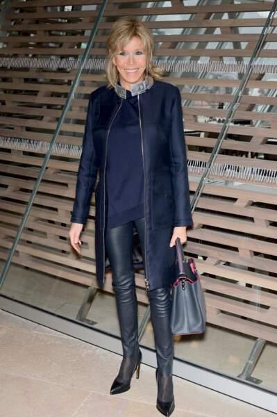 En mars 2016, lors du défilé Louis Vuitton, Madame Macron sort avec son indispensable jean slim cuir