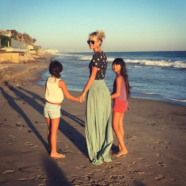 Laeticia Hallyday en jupe vert d'eau maxi longueur sur une plage californienne avec Jade et Joy en novembre 2016