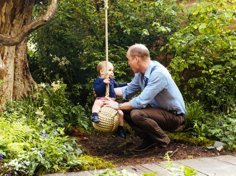 Le prince William joyeux avec son fils le prince Louis sur une petite blançoire
