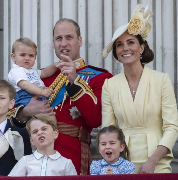 Le prince George grimaçant et la princesse Charlotte admirative à Trooping the colour en juin 2019