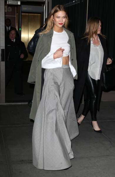 Karlie Kloss en Rosie Assoulin top et pantalon