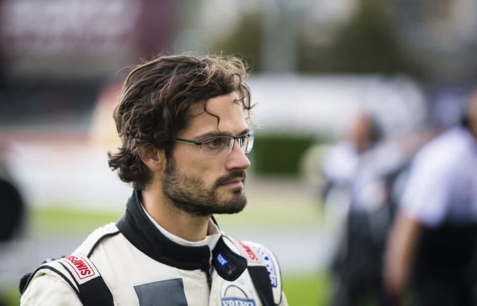 Mèche folle, lunettes et air pénétré, Carl-Philip concentré avant sa course automobile