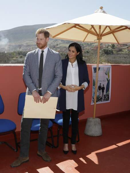 Meghan Markle enceinte avec un top blanc Aritzia et des escarpins Manolo Blahnik