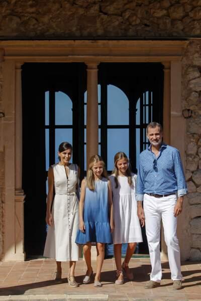 Le roi Felipe VI, sa femme Letizia et leurs filles étaient tous vêtus de blanc ou de bleu ce 8 août