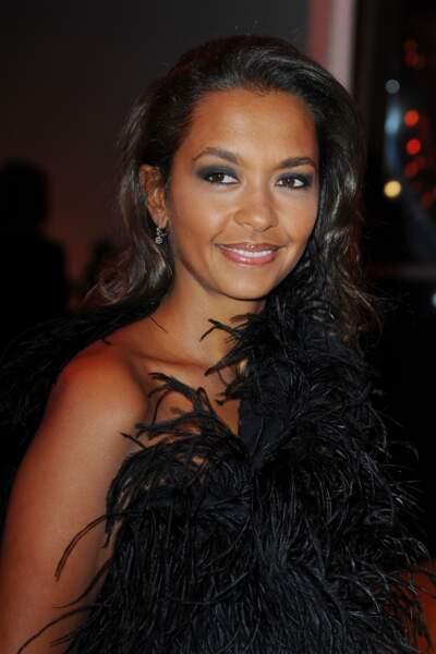 Karine Le Marchand, très élégante en top noir en plumes, pour le gala du Sidaction 2011