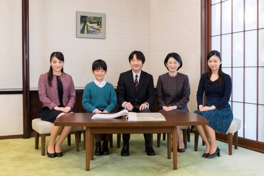 Le prince japonais Akishino pose avec son épouse et leurs enfants dans leur résidence à Tokyo, le 30 novembre 2018