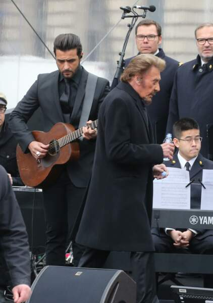 Maxim Nucci au côté de Johnny Hallyday lors de l'hommage aux victimes des attentats, le 10 janvier 2016