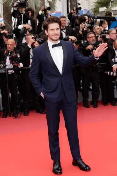 """François Civil en costume Dior et bijoux Chopard lors de la montée des marches du film """"La belle époque"""""""