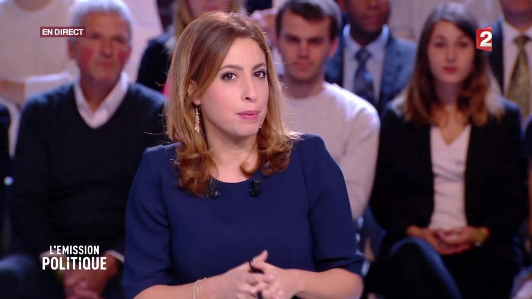 Léa Salamé, en robe bleue nuit, la couleur du pouvoir face à Marine Le Pen sur le plateau de Stupéfiant