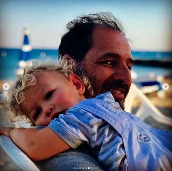 Tom, le fils d'Ingrid Chauvin, dans les bras de son père Thierry Peythieu