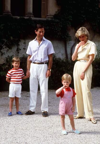 Le prince Charles, la princesse Diana et leurs fils William et Harry en 1987 à Majorque, en Espagne