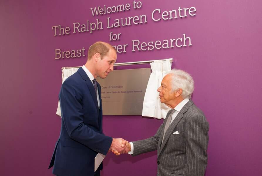 Ralph Lauren est proche de la famille royale d'Angleterre, comme ici avec le prince William lors d'une inauguration