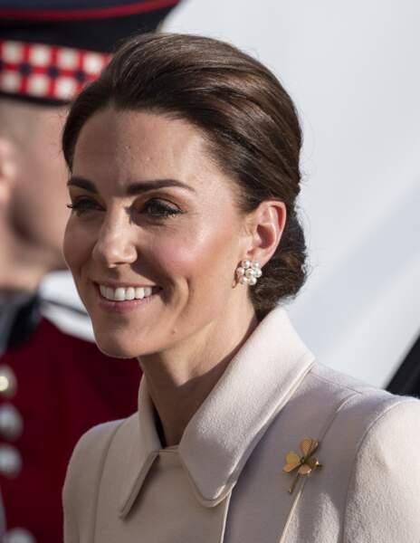 Kate Middleton joliment maquillée avec un blush bonne mine et un highlighter