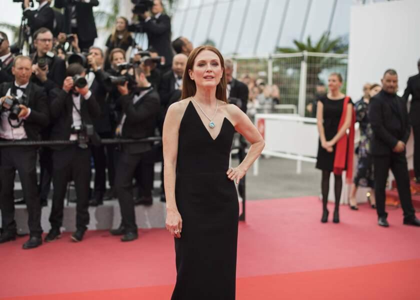 """Julianne Moore monte les marches pour le film """"Yomeddine"""" au festival de Cannes le 9 mai 2018"""