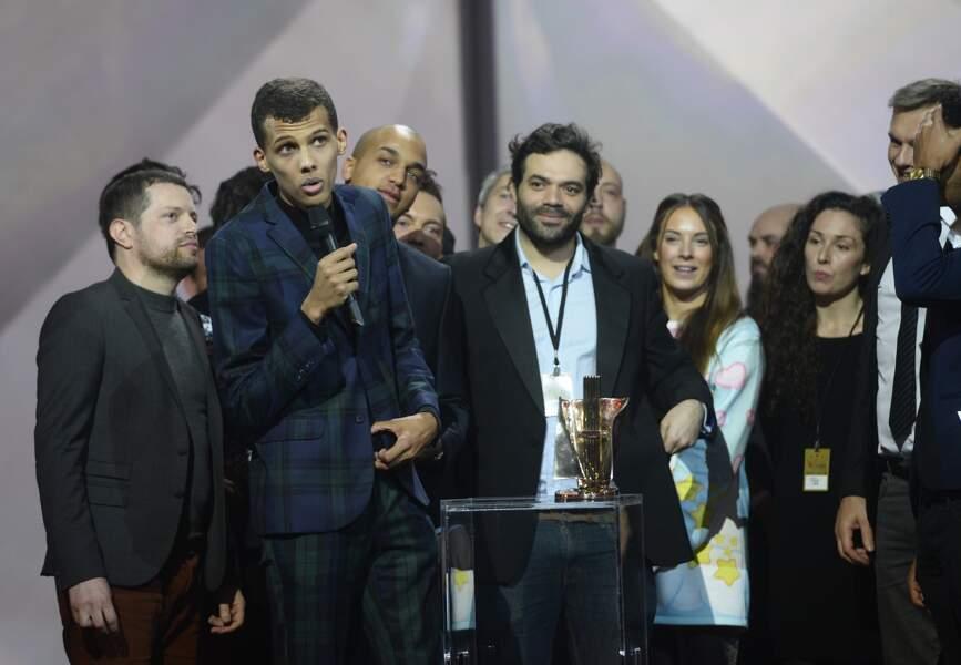 Sacre de Stromae aux Victoires de la Musique, en 2015: membre de son équipe créative, Coralie est aussi sur scène.