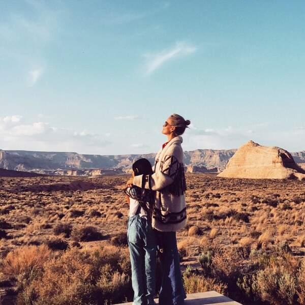 Laeticia Hallyday en gilet en laine XL esprit folk Isabel Marant, avec Jade dans les montagnes de l'Utah en 2015