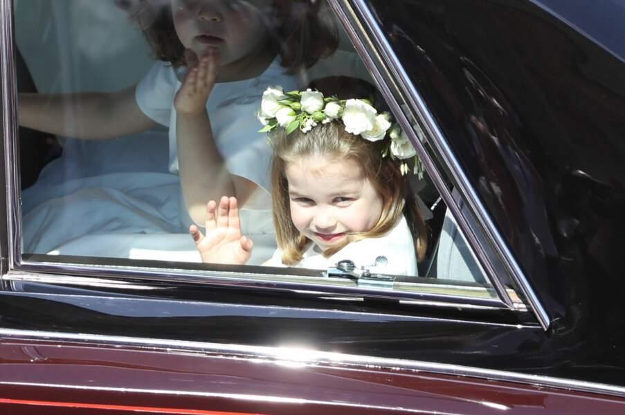 La princesse Charlotte coiffée d'une jolie couronne de fleurs