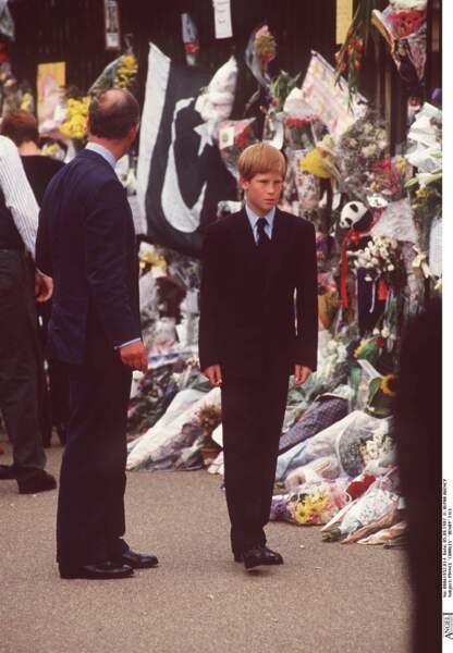 Le prince Harry, très ému, se recueille lors de l'hommage à Diana à la veille de ses obsèques, le 5 septembre 1997