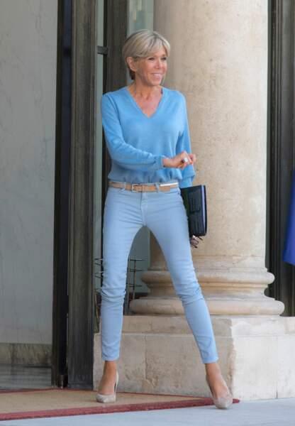 La première dame sublime en jean bleu ciel juste après avoir reçu Arnold Schwarzenegger à l'Elysée.