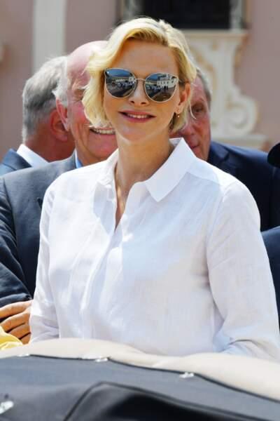Charlène de Monaco très souriante les cheveyx courts coiffés en side-hair