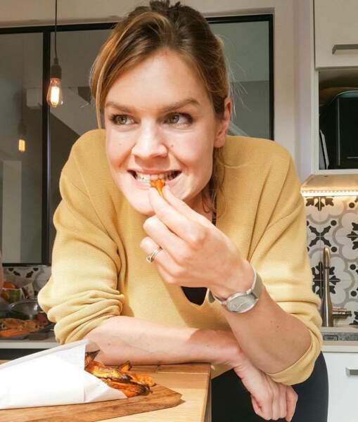 Lucile Woodward goûtant une de ses recettes