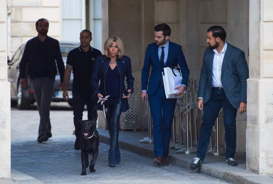 Brigitte Macron est partie en promenade avec Nemo, le chien de l'Élysée