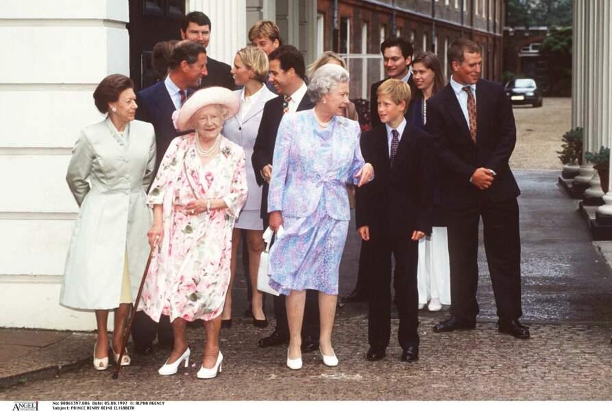 Le prince Harry avec la famille royale à Clarence House pour les 97 ans de la reine mère Elizabeth en 1997