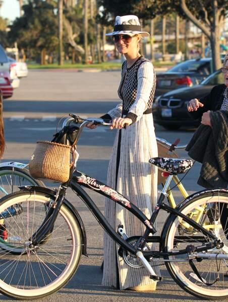 Laeticia Hallyday, en robe rayée extra longue, lors d'une balade à vélo à Santa Monica en février 2013