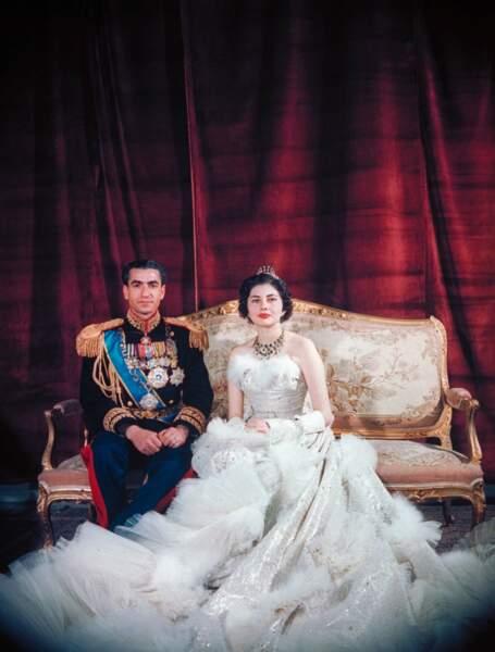 Le Shah Mohamed Reza Pahlevi et la reine Soraya (en robe Christian Dior) lors de leur mariage le 12 février 1951