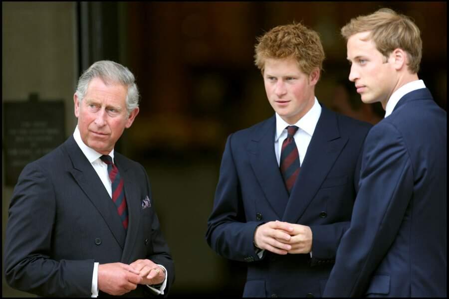 Le prince Charles, avec Harry et William, lors du 10e anniversaire de la mort de Lady Diana à Londres en 2007
