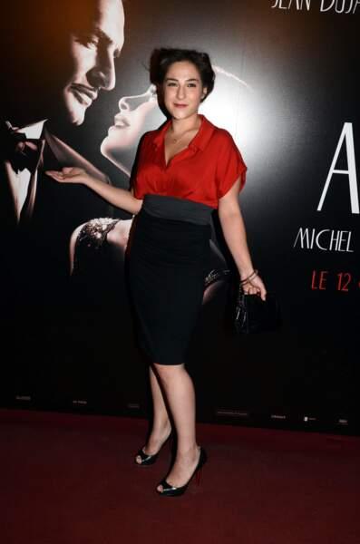 """En jupe crayon et chemisier rouge, à la première de """"The Artist"""" en 2011 à Paris"""