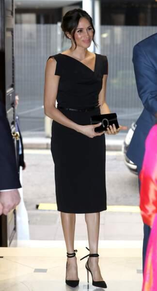 Meghan Markle en robe noire Jackie O de la marque californienne Black Halo, le 19 avril 2018 à Londres