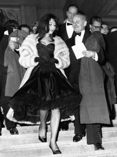 """Juliette Gréco et Darryl Zanuck à la première du film """"Les Racines du Ciel"""" à Paris en 1958"""