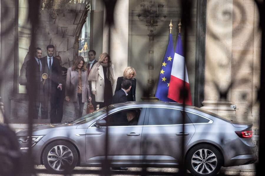 Valérie Trierweiler a remercié Carla Bruni-Sarkozy et Brigitte Macron pour leur écoute, sur les réseaux sociaux