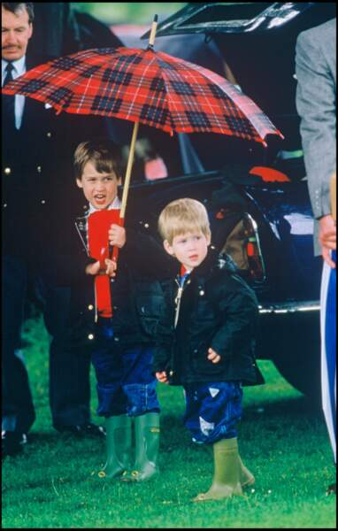 Parapluie en tartan, vestes Barbour, jeans et bottes de pluie : le look sport chic d'Harry et William en 1987