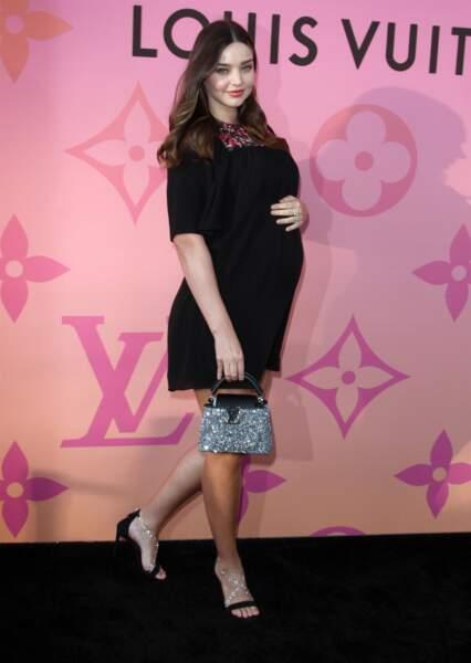 Miranda Kerr, enceinte de son 3ème enfant  en robe noire chic le 27 juin 2019.