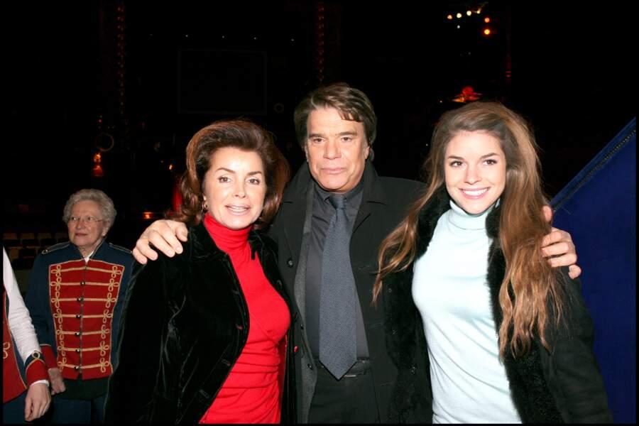 """Bernard Tapie, sa femme et leur fille Sophie lors de la représentation du spectacle """"SALUT JOE"""" à Paris."""