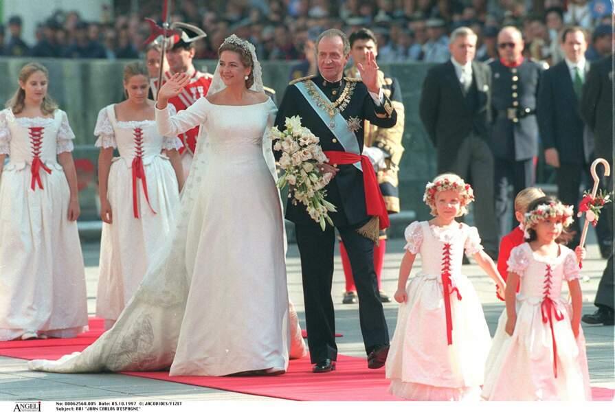 Cristina d'Espagne lors de son mariage, au bras de son père le roi Juan Carlos le 3 octobre 1997