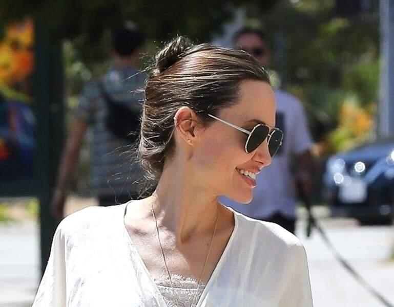 Style naturel pour Angelina Jolie et ses cheveux relevés sous le soleil