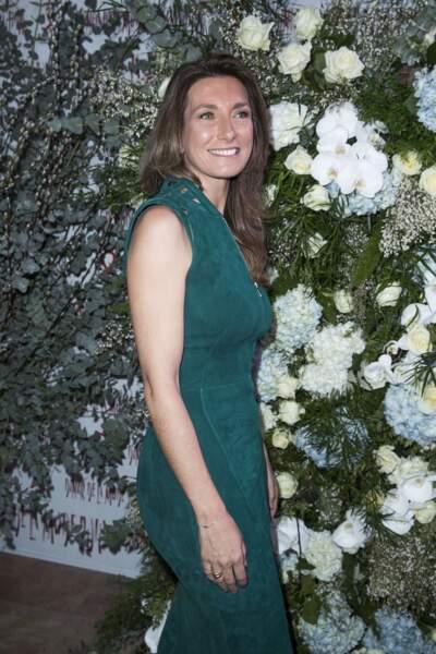 Anne-Claire Coudray en robe moulante zippée au dîner du Sidaction