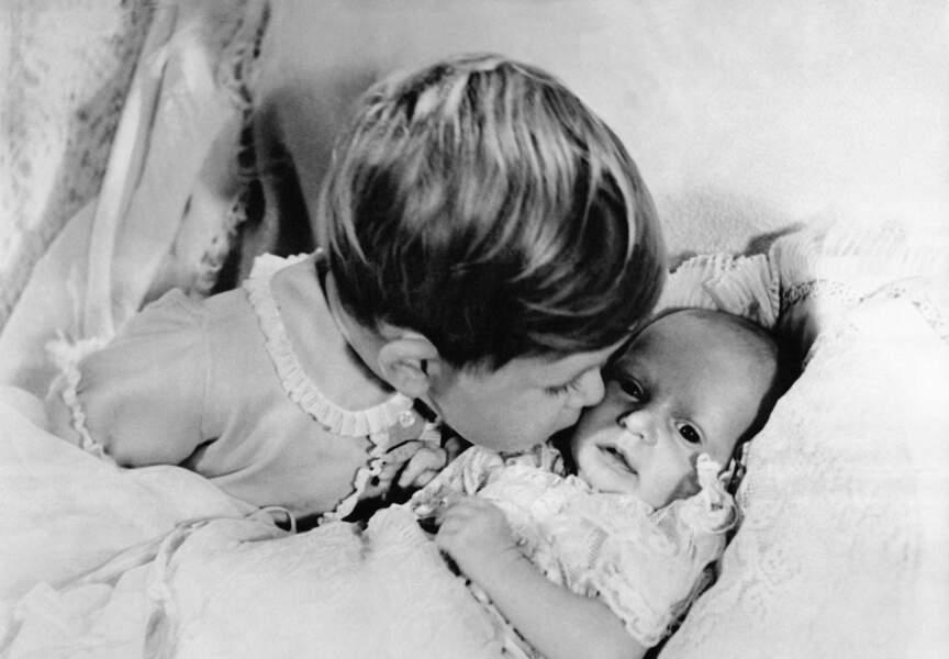 Le Prince Charles veille sur sa petite soeur, la Princesse Anne