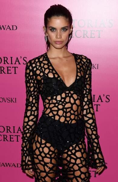 Sara Sampaio est égérie pour les marques Calzedonia, Salsa Jeans et PINK de Victoria's Secret.