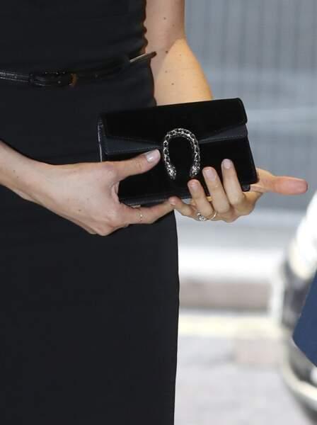 Détail de la  petite robe noire Black Halo, portée par Meghan Markle, accessoirisée d'une pochette Gucci
