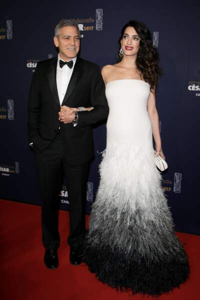 César 2017 : Amal Clooney dans une robe de princesse au bras de son mari George Clooney