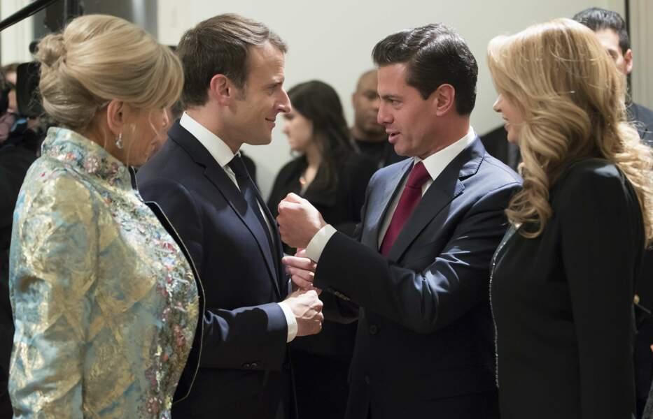"""Brigitte Macron avec son manteau Louis Vuitton et son fameux chignon """"officiel"""""""